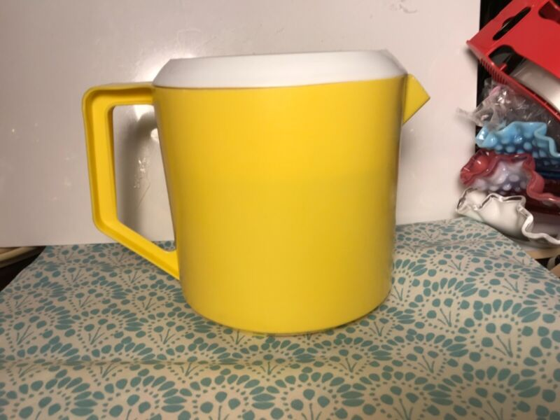 """Vintage 1.5 qt Rubbermaid YELLOW plastic Slotted lid PITCHER. """"Great Condition"""""""
