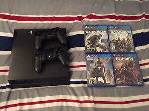 PS4 + 2 Controllers + 4 Games