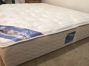 Deluxe Queen mattress / matelas like New - delivery