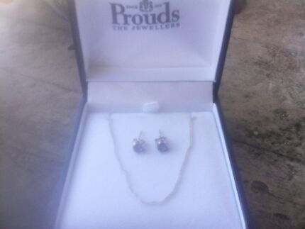 Im selling a ladies chain and earrings  Armadale Armadale Area Preview