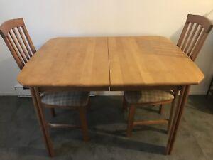 Table cuisine avec rallonge 4 chaises 150$