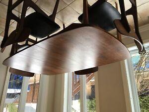 Table noyer vintage et quatre chaises
