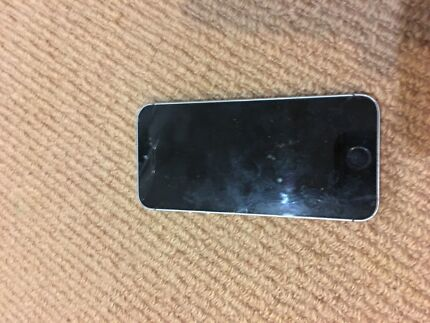 Selling iPhone SE - Screen needs fixing Arundel Gold Coast City Preview