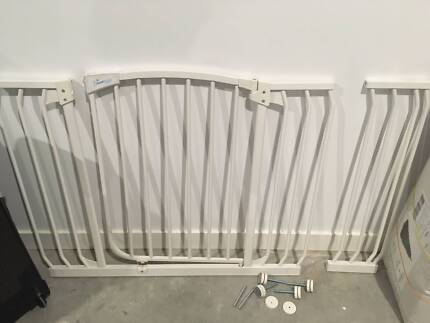 Dreambaby safety gate extra wide for baby/pet with extension