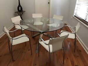 Glass Natuzzi round dining table & 6 off white leather & chrome chairs