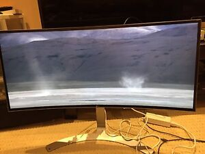 Selling 34UC98 LG Monitor has lines