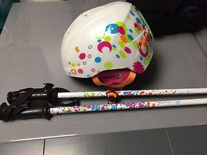 Ensemble casque et bâtons de ski