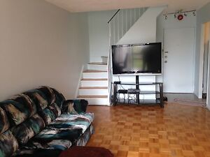 2 + 1 bedrooms Multi levels townhouse in Missisauga $ 269900