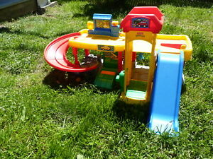 Garage pour enfant Fisher price Little People