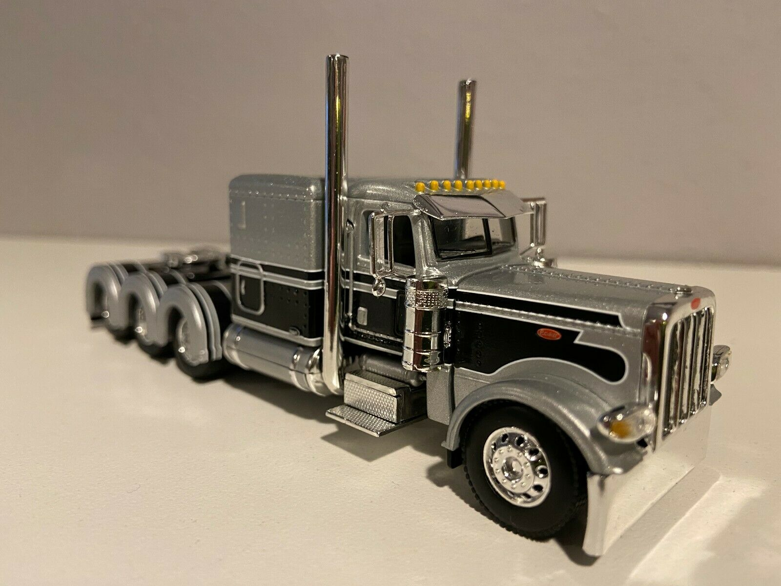 "DCP SILVER & BLACK PETERBILT 389 60"" FLAT TOP BUNK 320"" FRAME (5 5/8"" long) TRIP"