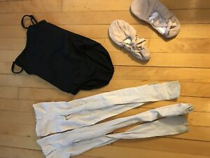 Leotard noir, collants rose et chaussons de ballet