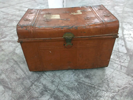 Antique mini shipping trunk in great condition