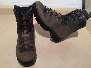 Lowa Vibram Leather Boots Men's Size 10, Women's 10.5  London Ontario image 3