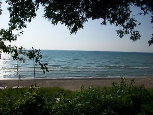 Lake front cottage for weekly rental 4 km north of Grand Bend