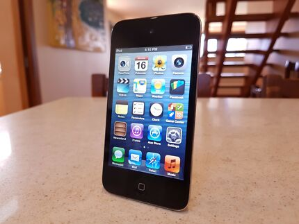 LIKE NEW - Apple iPod Touch 4th Generation (Black, 8GB) mp3 playe