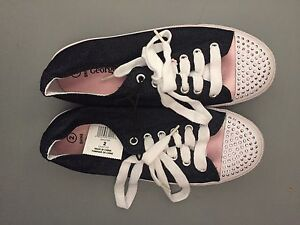BRAND NEW GIRLS PRETTY SHOES SIZE 2