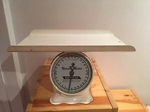 Nursery Queen Baby Scale / Balance pour bébé antique