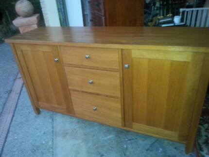 SOLID TIMBER OAK  BUFFET CABINET WITH 3 DRAWERS /2 DOORS - G.C.