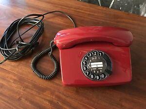 Altes Telefon mit Wählscheibe in Rot