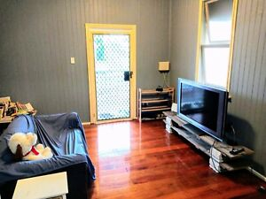 City house rooms for share are available