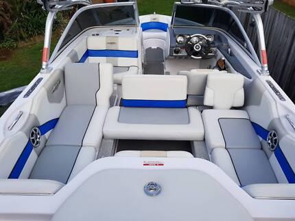 Wake boat Nautique 210