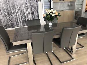 Table avec 6 chaises en cuir - Mobilia