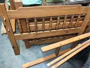 lit à 2 étages en bois couleur caramel