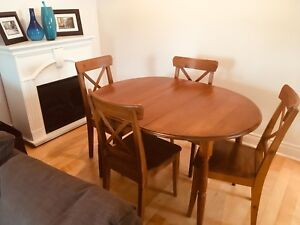 Chaises et table en bois / Chairs and wood dining table