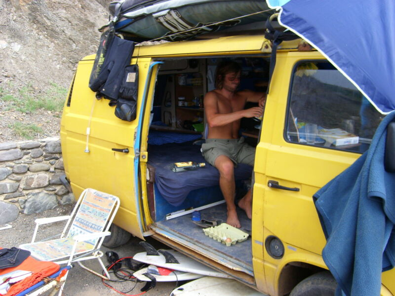 Kannst Du im Chaos die praktische Camping-Solardusche entdecken?