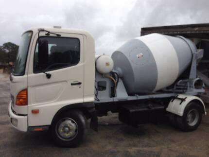 HINO concrete agitator 2.6 meter bowl great condition