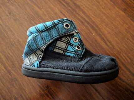Baby TOMS, size 4