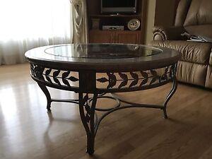 2 tables de salon  en fer forgé avec dessus en marbre et verre