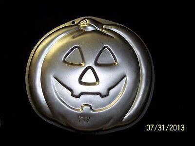 VINTAGE WILTON JACK-O-LANTERN PUMPKIN ALUMINUM CAKE PAN PANS FROM 1995](Pumpkin Cake Pans)