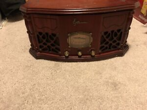 Antique style turntable with radio