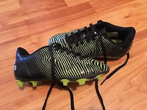 Youth soccer cleats - size 13