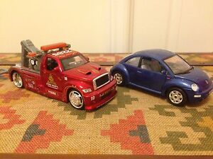 Two 1:24 Diecast Cars Burago VW Beetle 1998 and Maisto Wrecker