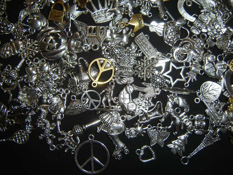 25 PiEcE LoT ~ MiXeD ThEMe ChArMs PeNdAnTs ~ MaKe YoUr FaVoRiTe ThEMe ReQuEsT