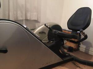 Vélo stationnaire en position «couchée «