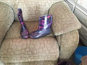 Girls size 4 rubber boots.
