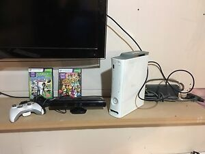 Xbox 360 w/Kinect 20gb 1 controller and 2 games