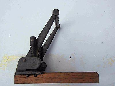 Antiker Locher Eisen auf Holzsockel mit Marke schöne DEKO RAR
