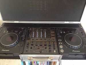 CDJ 1000s + DJM 600 + flight case Carlton Melbourne City Preview