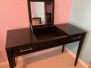 Vanity/makeup table