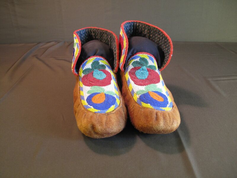Very Fine Early 1900 Canoe Style Fully Beaded Athapaskan Plains Cree Moccasins