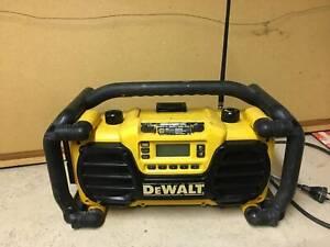 DeWalt DC013 SITE FM/AM RADIO USB AUX and battery charger