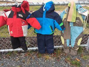 Vêtements et bottes d'hiver pour enfants
