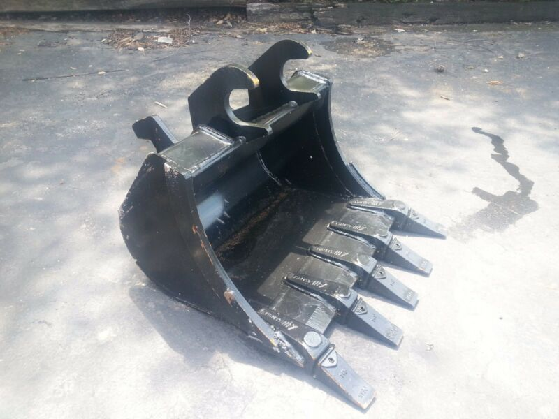 "New 24"" Excavator Bucket For A John Deere 27 Zts With Zts Coupler"