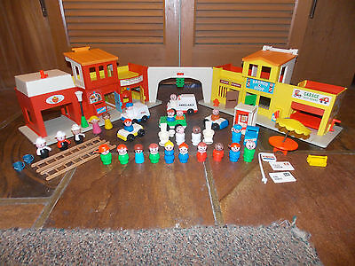 """Vtg FISHER PRICE Little People """"Play Family Village"""" #997 W/Extras  (CLEAN)"""