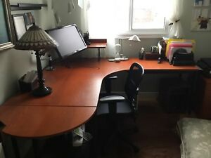 IKEA Effectiv desk in good condition/ bureau en bonne condition