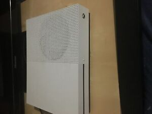 Xbox One S with 2 controllers 1 TB